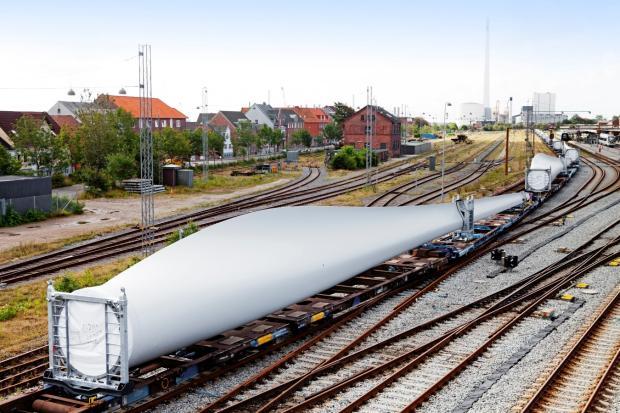 Европейцы догадались перевозить лопасти для ветряков по железной дороге