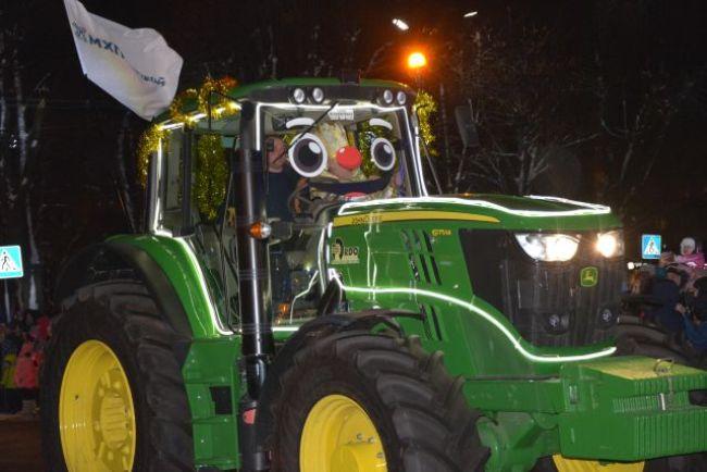 В Черкассах состоялся первый в Украине парад иллюминированных тракторов (ФОТО)