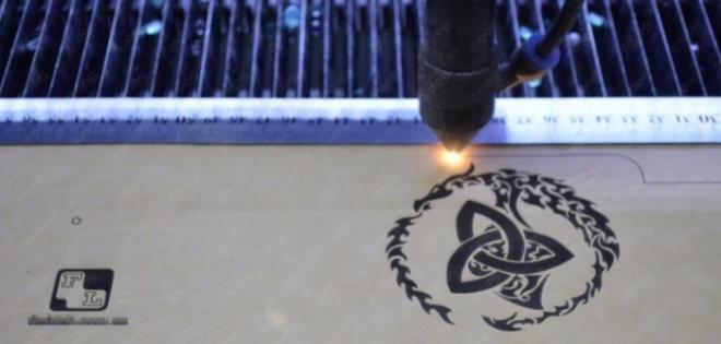 Нанесение логотипа лазерным гравером